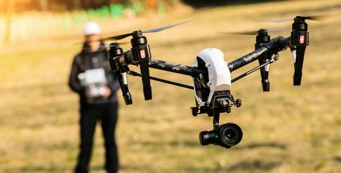Mann lässt Drohne fliegen