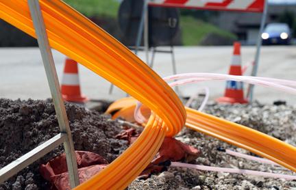 Fiberglaskabel für Highspeed-Internet auf Straße - Netzausbau Telekom