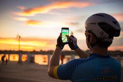 Fahrradfahrer spielt Pokémon Go
