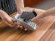 Kunde will mobil mit dem Handy bezahlen an der Kasse
