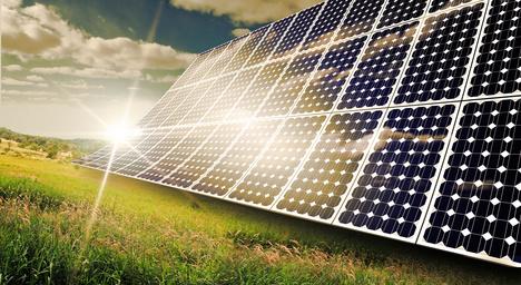 Perowskit-Solarzellen auf Feld vor Sonnenuntergang