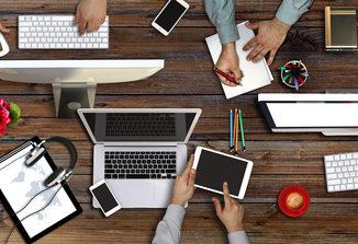 Leute arbeiten am Digital Workplace