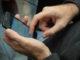 Mann mit Smartphone und WhatsApp