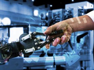 Mensch reicht Maschine die Hand