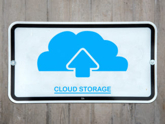 Cloud Storage unter blauer Wolke mit Upload-Symbol