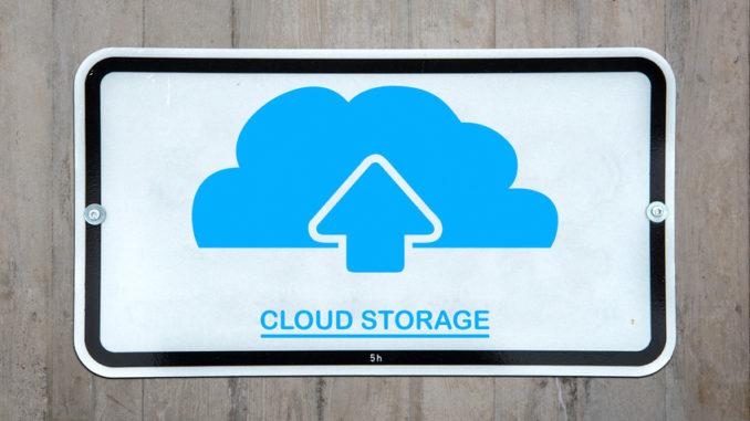 Cloud Storage unter blauer Wolke mit Upload-Symbol