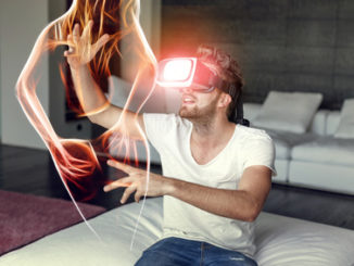 Mann mit VR-Brille guckt VR-Porno