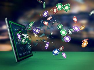 Spielchips fliegen aus Tablet